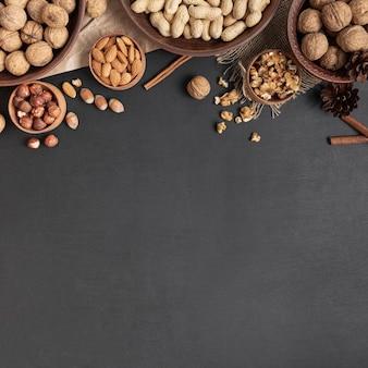 Vista superior de cuencos con variedad de nueces y espacio de copia