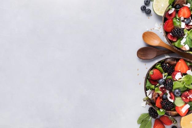 Vista superior cuencos con verduras y espacio de copia de fruta