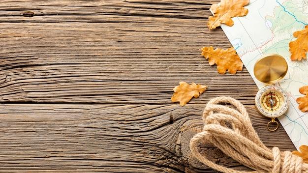Vista superior cuerda y hojas de otoño