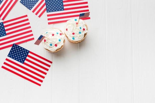 Vista superior de cupcakes con copia espacio y banderas americanas