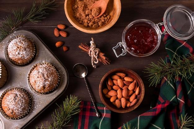 Vista superior de cupcakes navideños con almendras y mermelada