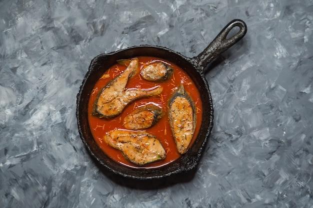 Vista superior de curry de pescado bengalí picante y caliente. comida india. pescado al curry con chile rojo, hoja de curry, leche de coco. cocina asiática.