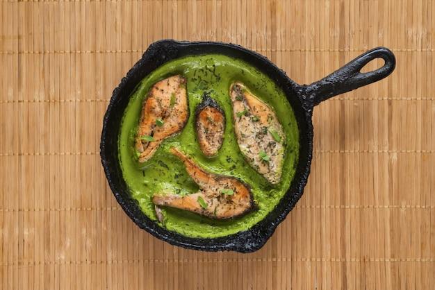 Vista superior de curry de pescado bengalí picante y caliente. comida india. pescado al curry con chile verde, hoja de curry, leche de coco. cocina asiática.