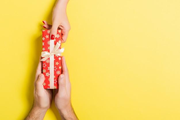 Vista superior de dar un regalo a una persona encantadora.