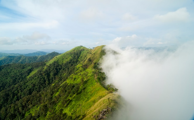 Vista superior de la montaña, khao chang puak, kanchanaburi, tailandia