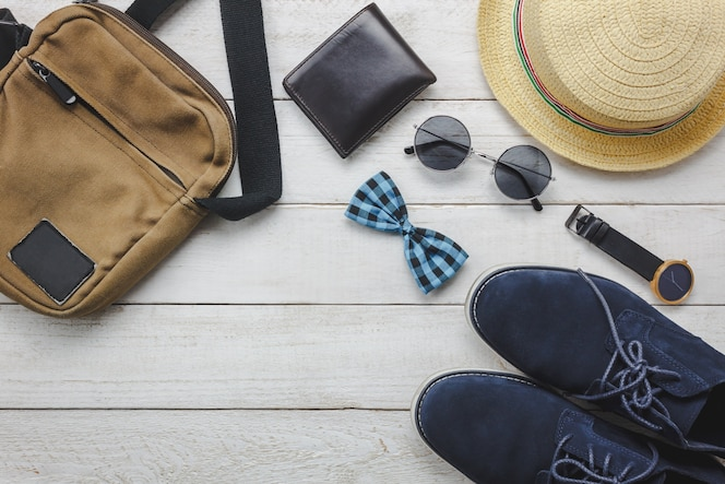 Vista superior de los accesorios para viajar con el concepto de ropa hombre. arco ti