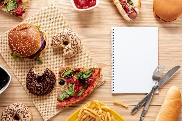 Vista superior decoración con comida y cuaderno
