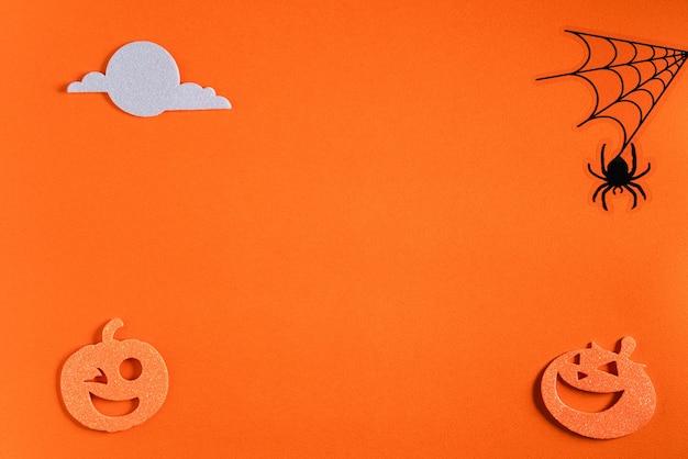 Vista superior de la decoración creativa del concepto de halloween sobre fondo de mesa de papel naranja.