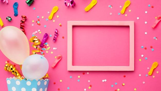 Vista superior decoración de fiesta con marco rosa
