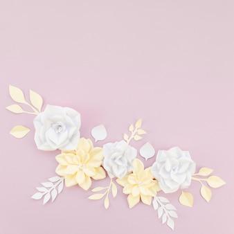 Vista superior decoración floral con fondo morado