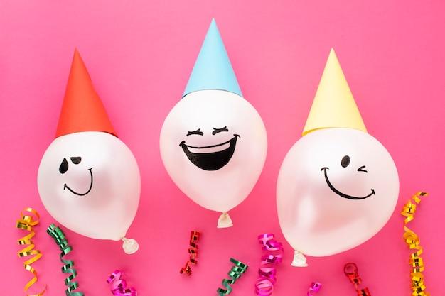 Vista superior decoración con globos y sombreros de fiesta