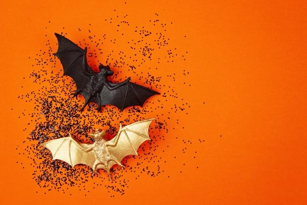 Vista superior de la decoración de halloween con murciélagos de plástico