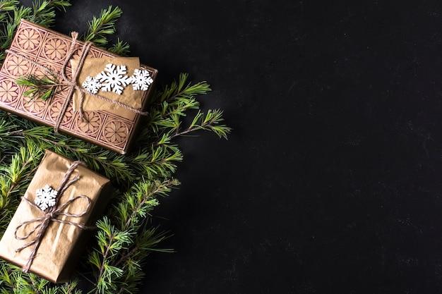 Vista superior decoración navideña con regalos envueltos y espacio de copia