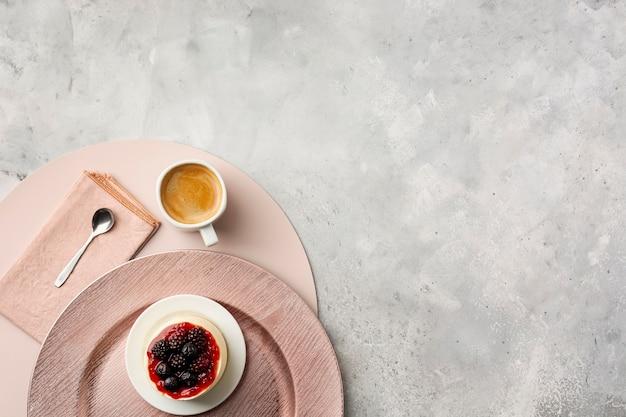Vista superior decoración con pastel y taza de café.