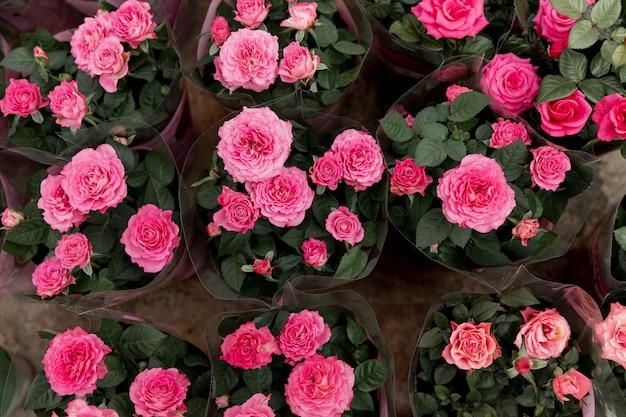 Vista superior decoración con peonías rosas