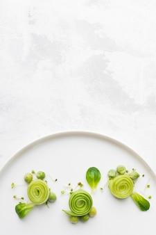 Vista superior decoración de placas de comida verde con espacio de copia