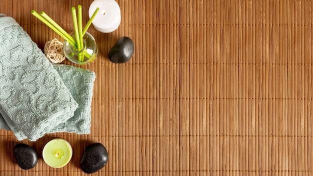Vista superior de la decoración del spa con palos perfumados
