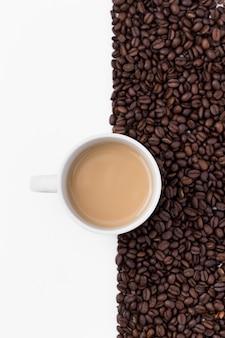 Vista superior decoración con taza de café y frijoles
