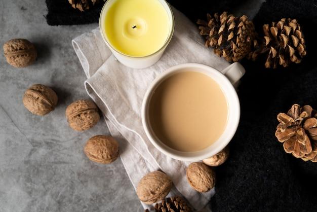Vista superior decoración con taza de café y velas