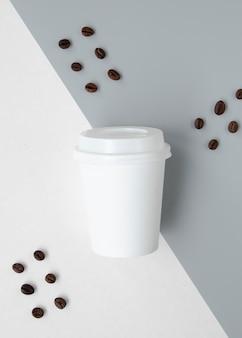 Vista superior decoración con taza y granos de café.