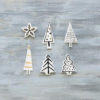 Vista superior de las decoraciones del árbol de navidad