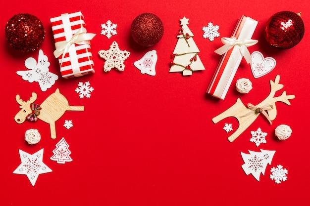 Vista superior de decoraciones de navidad sobre fondo rojo.