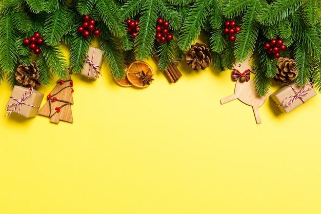 Vista superior de decoraciones navideñas sobre fondo amarillo