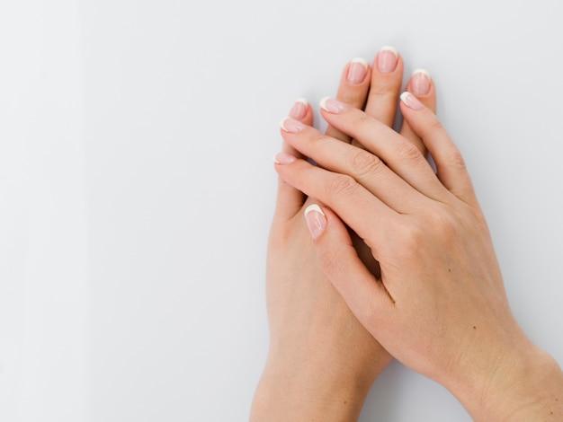 Vista superior de delicadas manos cuidadas