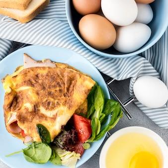 Vista superior deliciosa comida con huevos