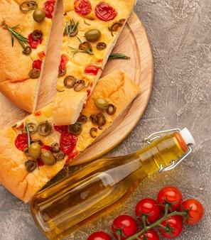 Vista superior deliciosa comida italiana y aceite de oliva
