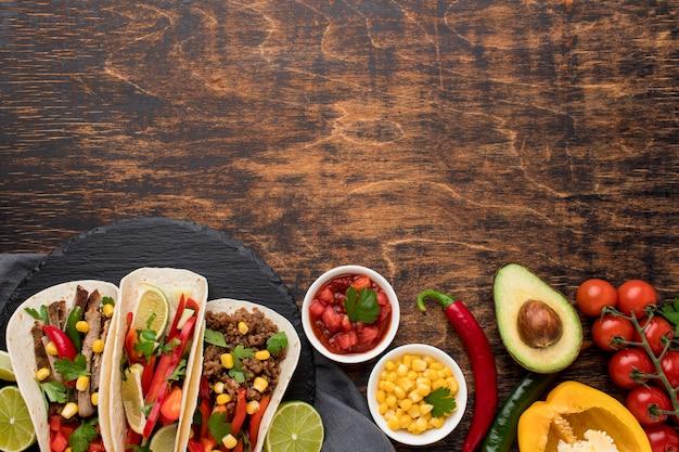 Vista superior deliciosa comida mexicana con espacio de copia