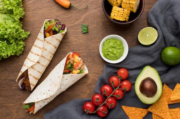 Vista superior deliciosa comida mexicana con guacamole