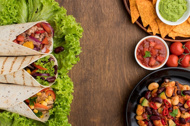 Vista superior deliciosa comida mexicana lista para ser servida