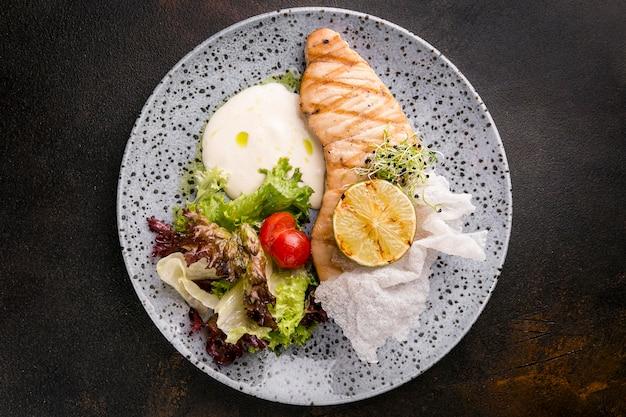 Vista superior de deliciosa comida de pescado cocido