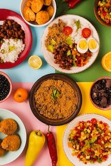 Vista superior deliciosa composición de comida brasileña
