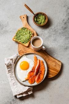 Vista superior deliciosa composición de comida de desayuno