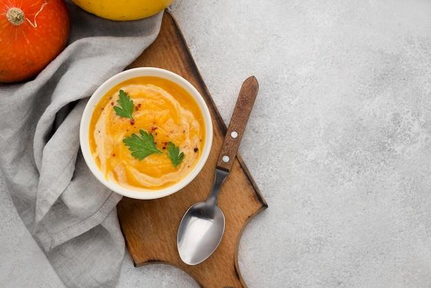 Vista superior deliciosa composición de sopa de otoño sobre fondo blanco.
