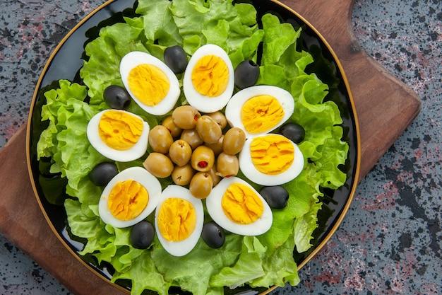 Vista superior deliciosa ensalada de huevo sobre fondo claro