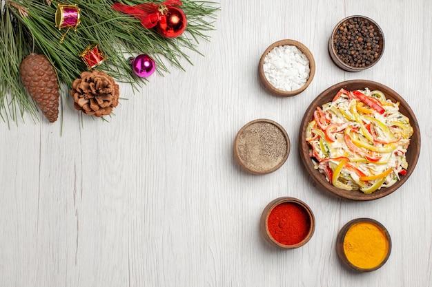 Vista superior deliciosa ensalada de pollo con condimentos en el escritorio blanco bocadillo comida madura ensalada fresca de carne de color