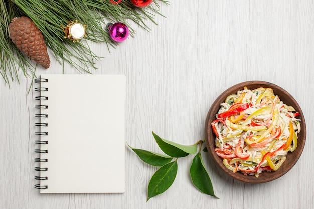 Vista superior deliciosa ensalada de pollo con mayyonaise y verduras en el escritorio blanco bocadillo ensalada de comida fresca de carne de color maduro