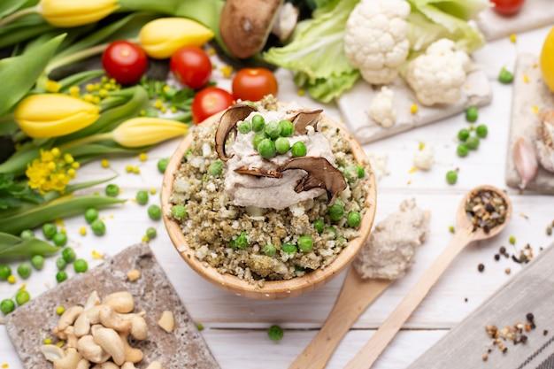 Vista superior de la deliciosa ensalada vegana en el tazón.