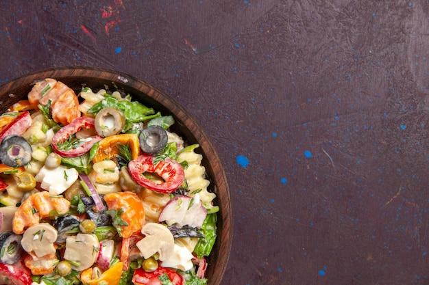 Vista superior deliciosa ensalada de verduras con aceitunas, tomates y champiñones en el escritorio oscuro, ensalada, merienda saludable, almuerzo, vegetales