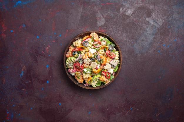 Vista superior deliciosa ensalada de verduras con aceitunas, tomates y champiñones sobre un fondo oscuro, ensalada, saludable, almuerzo, verdura