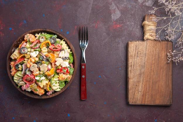 Vista superior deliciosa ensalada de verduras con tomates, aceitunas y champiñones en el fondo oscuro, ensalada de dieta saludable, almuerzo de verduras, merienda