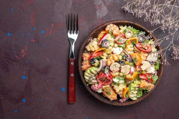 Vista superior deliciosa ensalada de verduras con tomates, aceitunas y champiñones sobre fondo oscuro, dieta saludable, ensalada, verduras, almuerzo, merienda