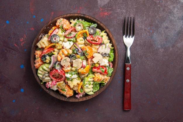 Vista superior deliciosa ensalada de verduras con tomates, aceitunas y champiñones sobre fondo oscuro, ensalada de salud, almuerzo de verduras, merienda