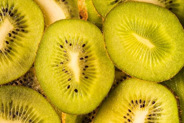 Vista superior deliciosa fruta kiwi en rodajas