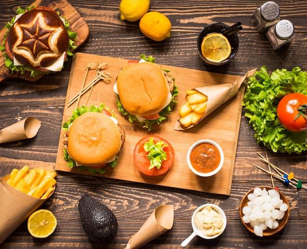 Vista superior de deliciosa hamburguesa, con verduras