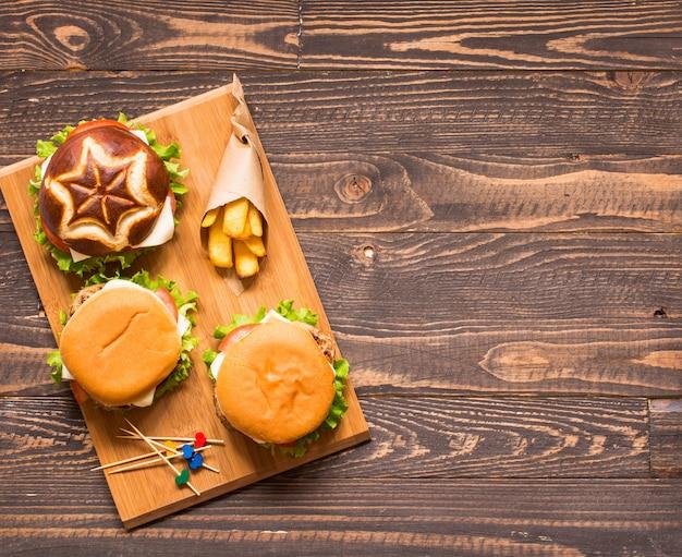 Vista superior de deliciosa hamburguesa, con verduras,.