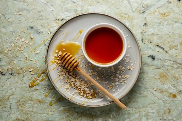 Vista superior de deliciosa miel y avena.